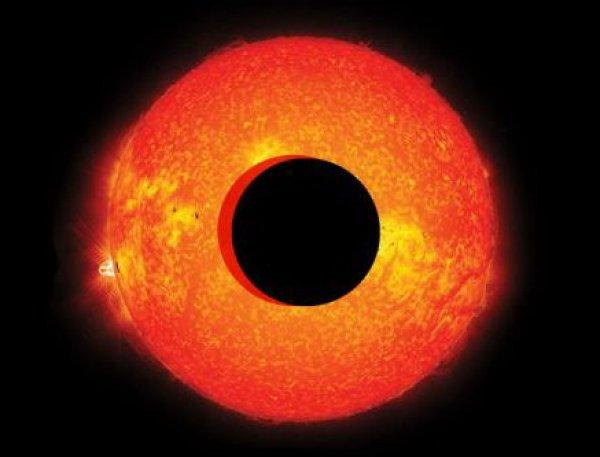 """""""Портал для Нибиру"""": NASA засняли у Солнца объект в 100 раз больше Земли"""