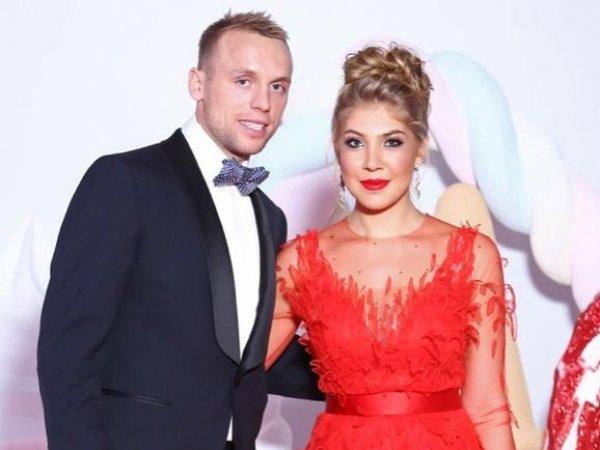 После скандального видео в бане с Глушаковым жена футболиста подала на развод