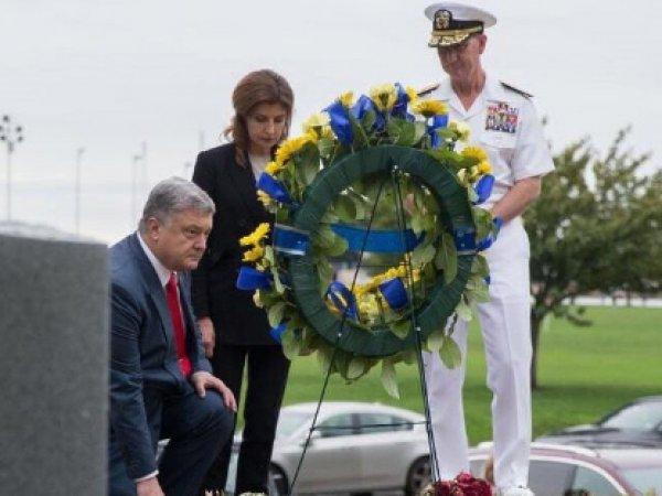 """""""Позорище"""": вставший на колено на могиле Маккейна Порошенко возмутил соцсети"""