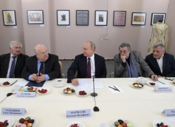 После встречи с артистами в Ярославле Путина снова заподозрили в наличии двойника (ФОТО)