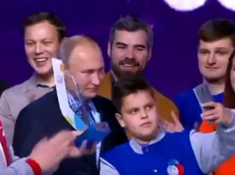 Видео со школьником, упустивший момент для селфи с  Путиным, стало хитом в Сети