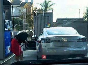 Видео, как блондинка пыталась заправить Tesla бензином, стало вирусным в Сети