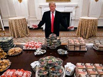 Брошенный обслугой Трамп сам устроил для футболистов ужин в Белом доме с мусорной едой