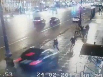 В Питере на Невском BMW влетел в толпу пешеходов: момент смертельного ДТП попал на видео