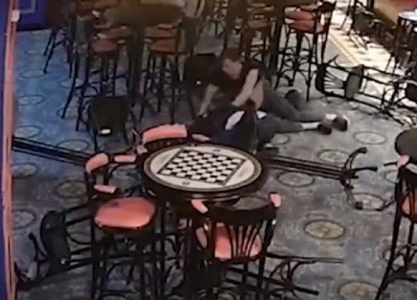 В Москве бармен-борец задушил клиента на открытии паба: убийство попало на видео