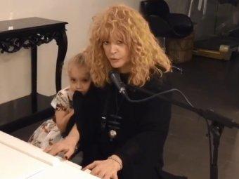 До слез!: видео импровизации Пугачевой за роялем с дочкой растрогало соцсети