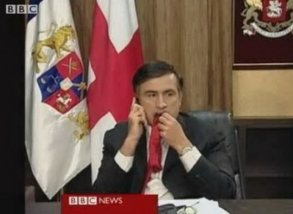 «Я к ним неравнодушен»: Саакашвили объяснил, почему жевал галстук в прямом эфире в 2008 году