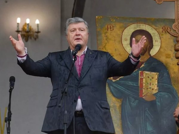 """""""Бронежилет заправил в трусы"""": соцсети высмеяли  фото Порошенко в церкви"""