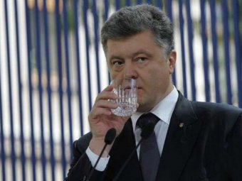 С похмельем не шутят: фото Порошенко с 5-литровой бутылью высмеяли в Сети