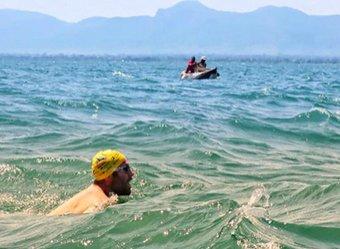 Мужчина месяц плыл по кишащему крокодилами громадному озеру