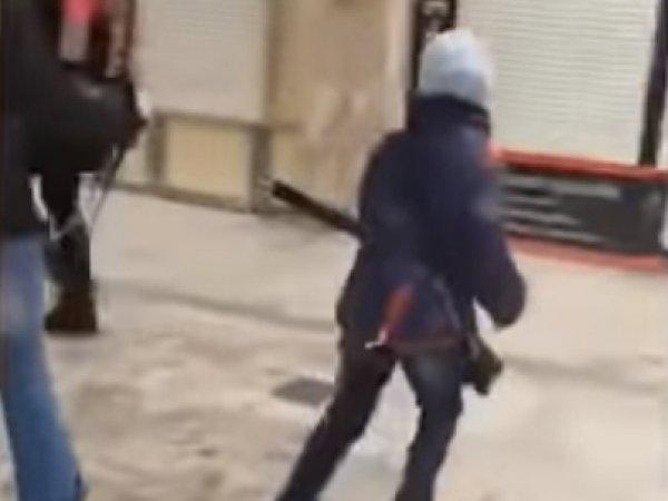 Видео, как в метро Новосибирска мать ведет ребенка на поводке, вызвало скандал