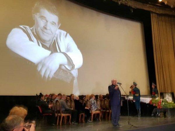 Похороны Алексея Булдакова прошли в Москве: онлайн трансляция 8 апреля доступна в Сети (ФОТО, ВИДЕО)