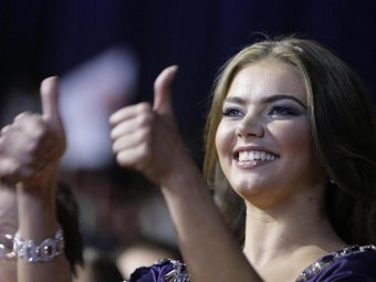 Везде люди в штатском: СМИ выяснили подробности родов Алины Кабаевой