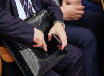 Сколько отняли, столько и вернули: кремлевским чиновникам установили докризисные зарплаты