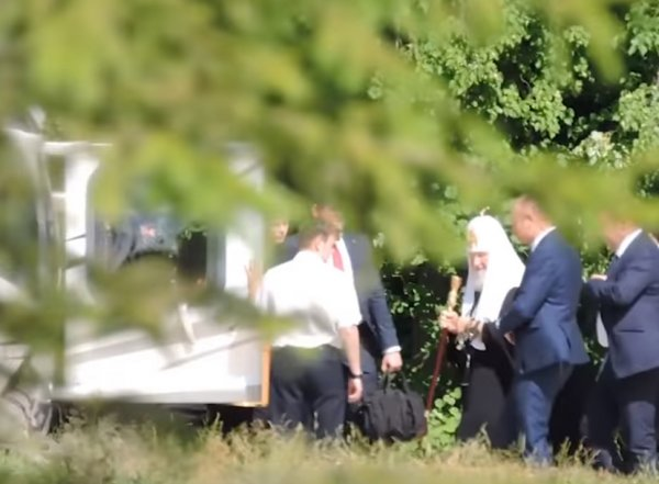 Видео, как патриарх Кирилл садится в вертолет в Сергиевом Посаде, обсуждают в Сети