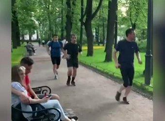 Крепенькие ножки: бегущий по Петербургу Саркози попал на видео
