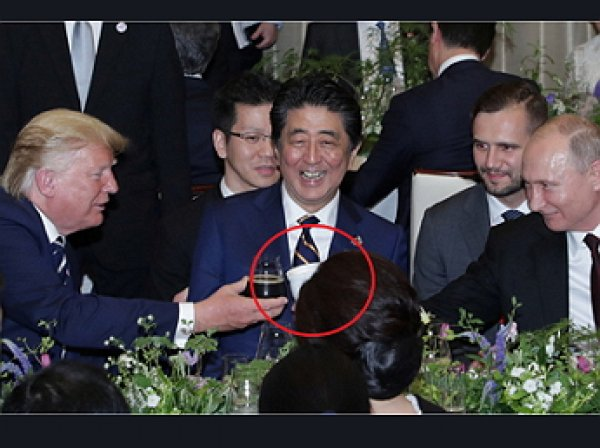 """""""Кружка из дома"""": Путин пришел на застолье лидеров G20 со своим термосом"""