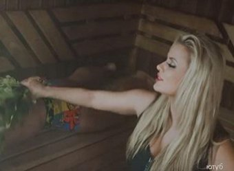 Мычит от удовольствия: в Сети появилось фото Семенович в бане