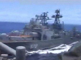 Опубликовано видео опасного маневра крейсера ВМС США возле российского корабля