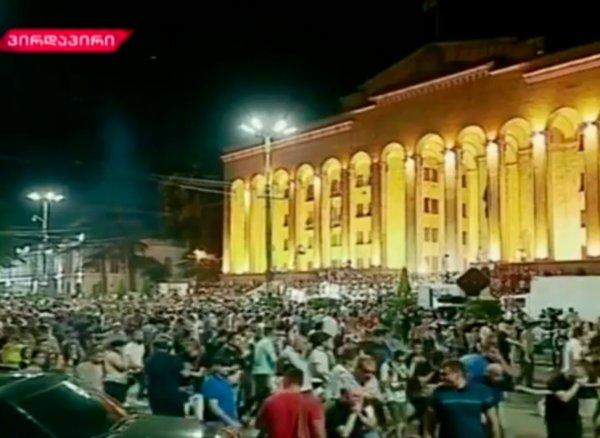 ВТбилиси начался штурм парламента: российские дипломаты под охраной покинули здание(ВИДЕО)