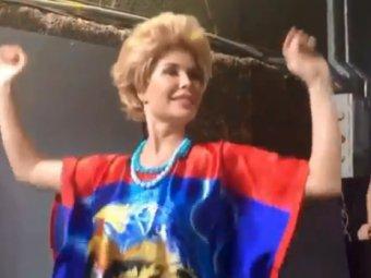 Нужны сиськи!: Юлия Михалкова из Уральских пельменей покорила Сеть своим танцем (ВИДЕО)