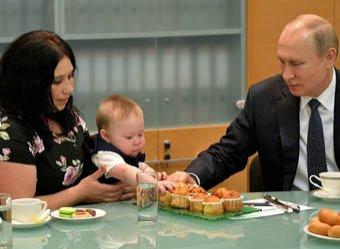 Кусай! Молодец!: Путин покормил с рук карапуза (ВИДЕО)