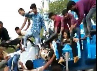 Гибель людей на аттракционе в индийском парке развлечений попала на видео