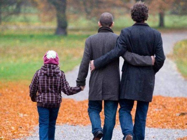 СКР впервые завел уголовное дело из-за воспитания ребенка геями