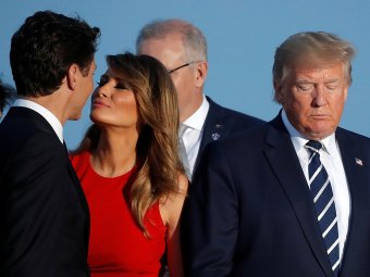 Меланья поцеловала Трюдо после того, как жена Макрона поцеловала Трампа (ВИДЕО)