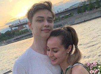 Влюбленного сына Королевой застали за поцелуями с девушкой
