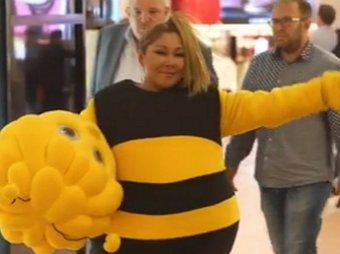Пчёлка Цойка к полёту готова: Анита Цой ради батла пошла на смерть в костюме пчелы