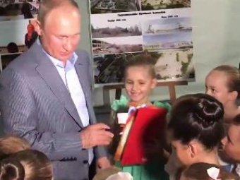 Опубликовано видео, как Путин поцеловал руку юной балерине, опустившись на одно колено