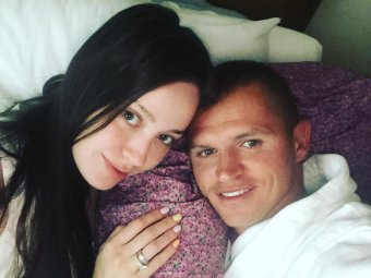 Лапища: жену Тарасова высмеяли в Сети за удлинение ног на фото