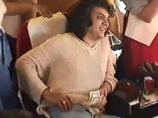 В Сети появилось видео, как Киркоров, Лолита, Лещенко и Винокур играют в карты и курят в самолете
