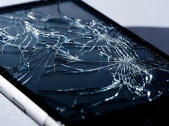 Автоэксперты узнали, зачем хитрые водители возят с собой разбитый телефон