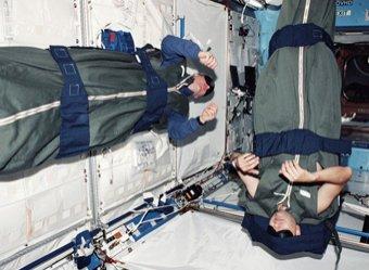 Спящие на орбите космонавты ужаснули Сеть нечеловеческими позами (ВИДЕО)