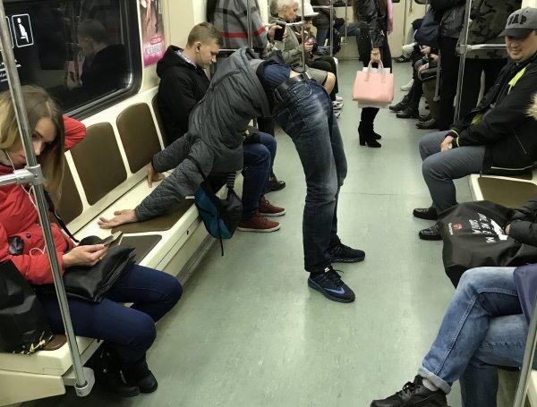 В московском метро засняли на фото пассажирку с игрушкой для взрослых