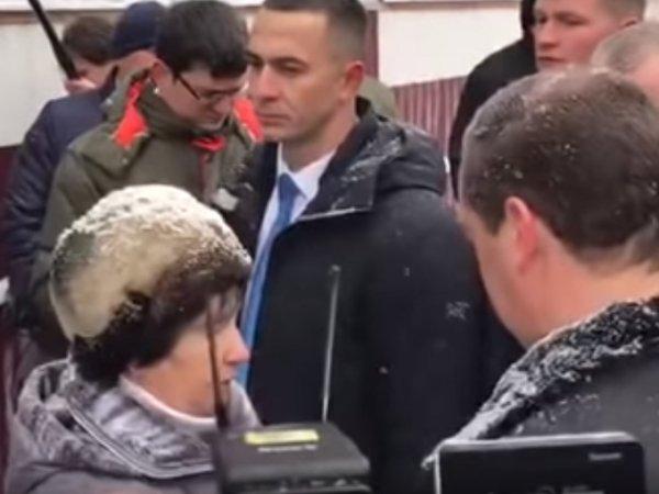 На Алтае женщина упала на колени перед Медведевым, устав бороться с местными чиновниками (ВИДЕО)