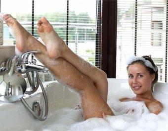 Полуголая Михалкова из Уральских пельменей засветилась на фото из ванны своего любовника в Москве