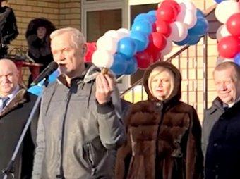 Он им пригодится: депутат Госдумы на открытии школы подарил чиновникам вазелин