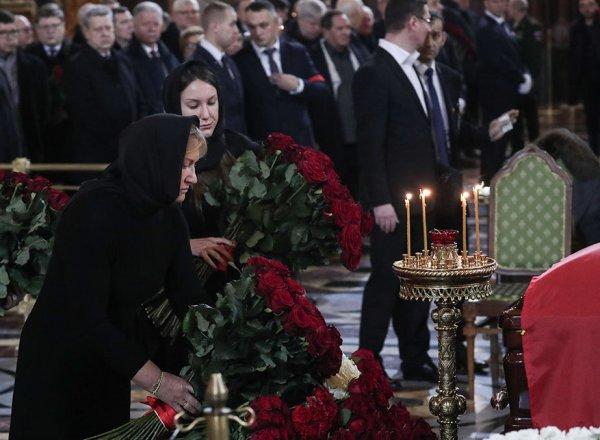 СМИ: Батурина положила сверток в гроб Лужкову