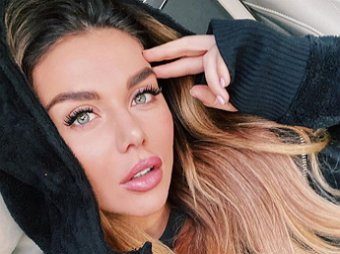 Телячьи нежности: полуголая Седакова взорвала Сеть постельным фото с любовником