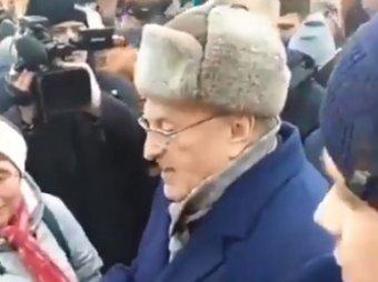 Сироты, крепостные, холопы: Жириновский унизил россиян, раздавая прохожим деньги (ВИДЕО)