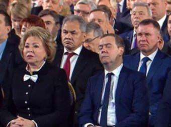 Будить не станут, перенесут в другое кресло: спящий на послании президента Медведев стал мемом (ВИДЕО)