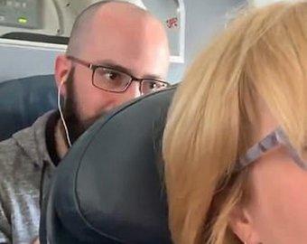 Конфликт пассажиров из-за откинутого кресла в самолете разделил Сеть на два лагеря (ВИДЕО)