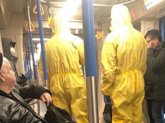 В столичном метро пассажиры в химзащите вызвали панику (ФОТО)