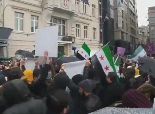 Турки устроили протест уроссийского консульства после авиаударов вИдлибе (ВИДЕО)