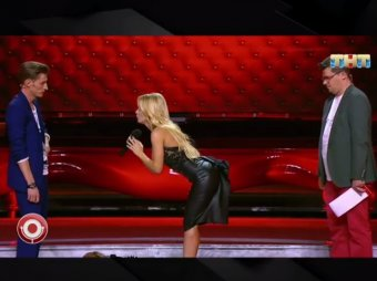 Гуд монинг: фитнес-модель шокировала непристойной позой Волю и Харламова в Comedy Club (ВИДЕО)