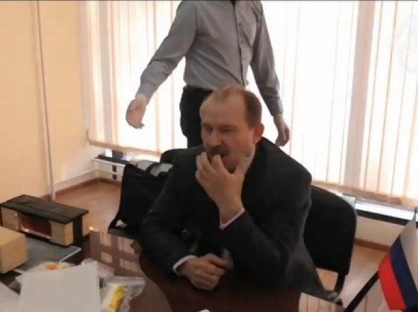 В Иркутске чиновник при задержании съел улики