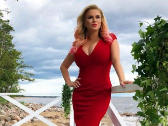 Шанс выйти за принца: Анна Семенович ужаснула лицом и потрясла оголенной грудью на фото